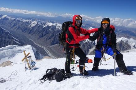Levente Csenteri (stânga) și Zsombor Tulit, la 7010 metri, cucerind râvnitul Khan Tengri.